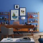Un vaste coin bureau dans son salon intégré à la bibliothèque - Paris